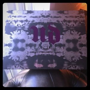 Urban Decay eye shadow vault (collector's edition)